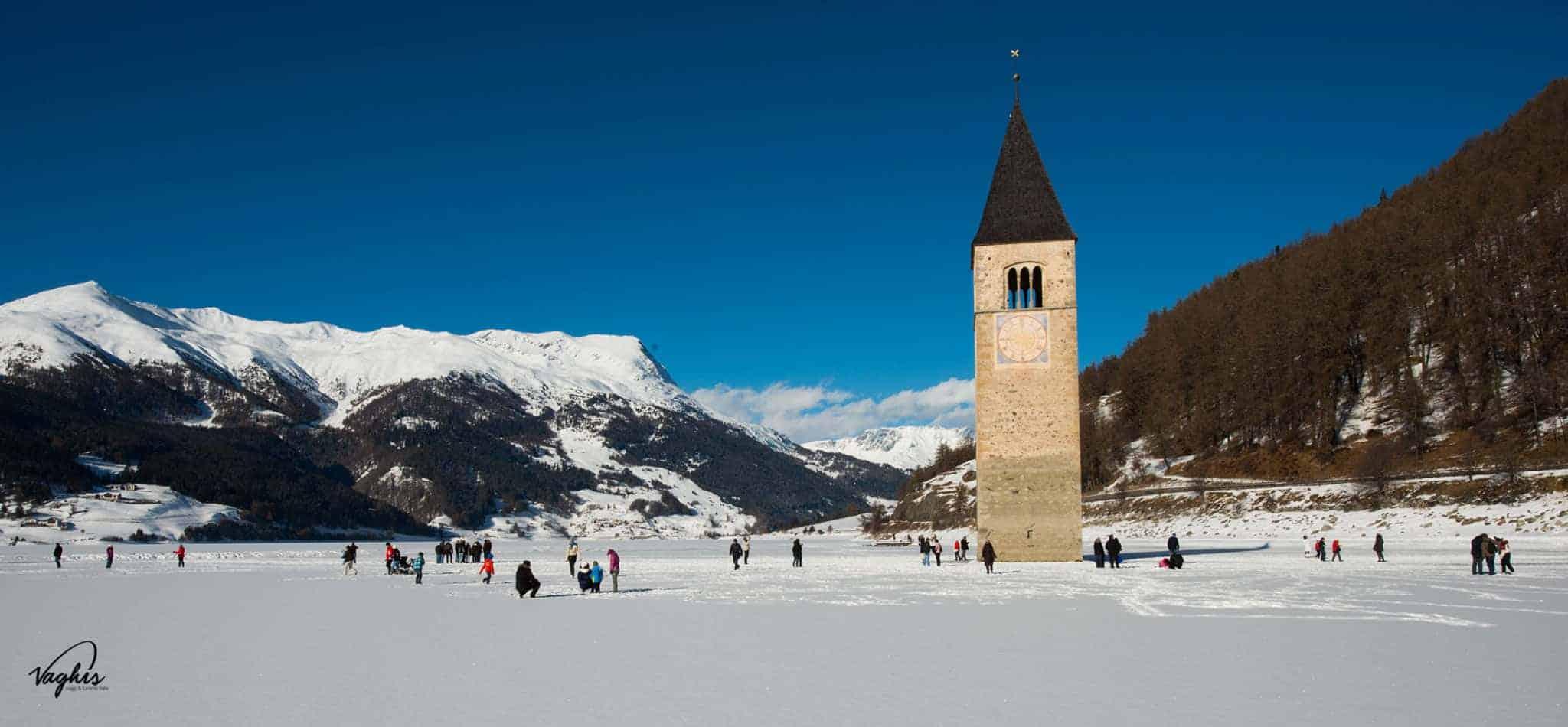 Lago di Resia: I turisti che raggiungno il campanile a piedi, quando il lago è ghiacciato