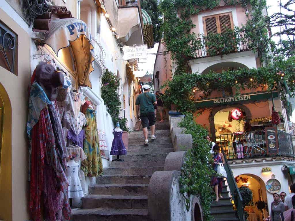 Positano le vie del borgo con i caratteristici negozi