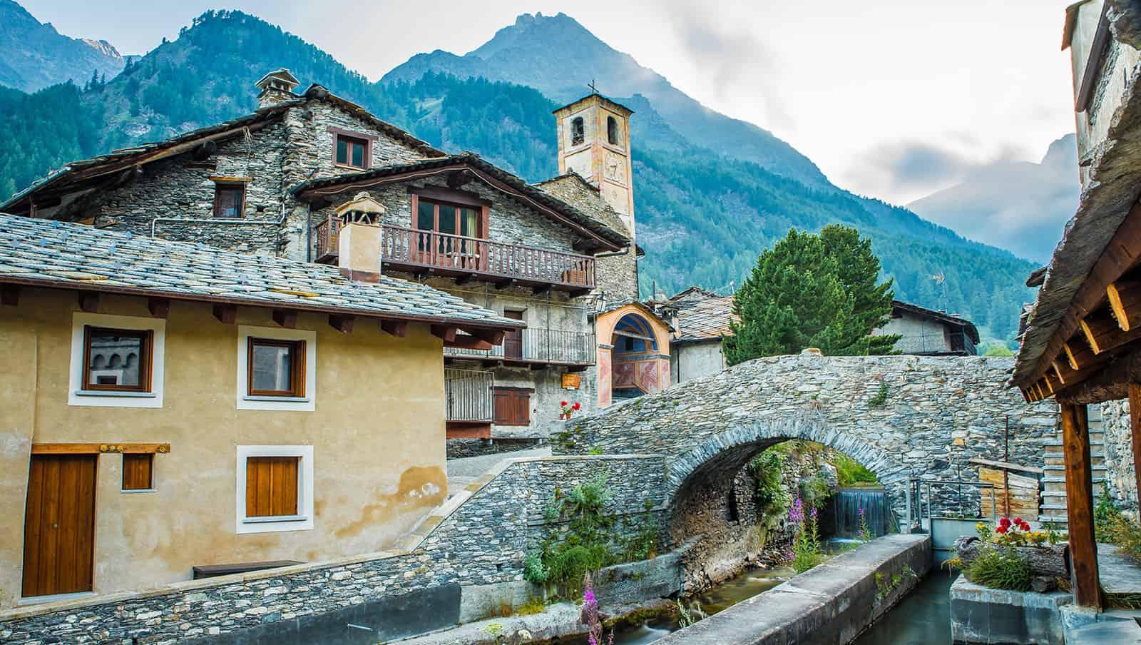Chianale:Il caratteristico ponte di pietra sul torrente Vaira