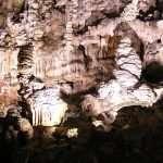 La Grotta Gigante: Un lato della grotta ricoperto di imponenti stalagmiti