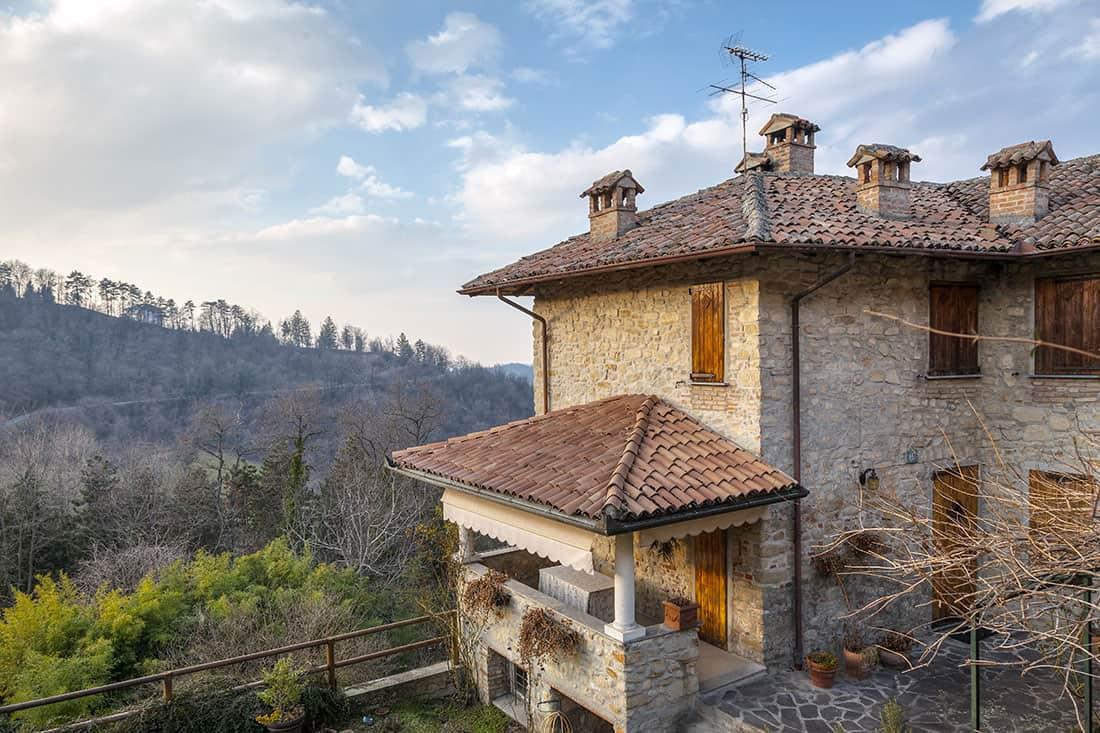 Fortunago - Il parco naturale visto-dal borgo - © Vaghis - viaggi & turismo Italia - Tutti i diritti riservati