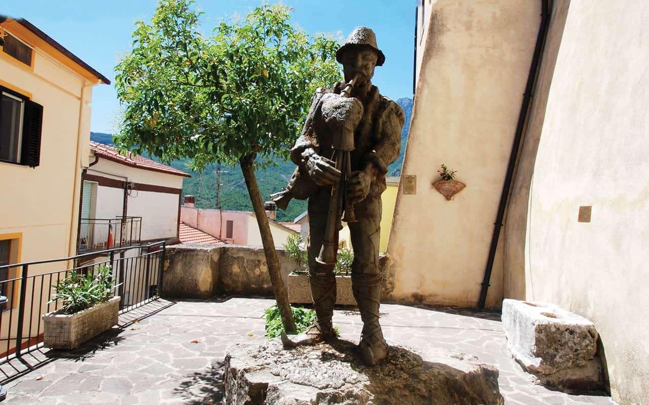 Scapoli - Monumento allo zampognaro
