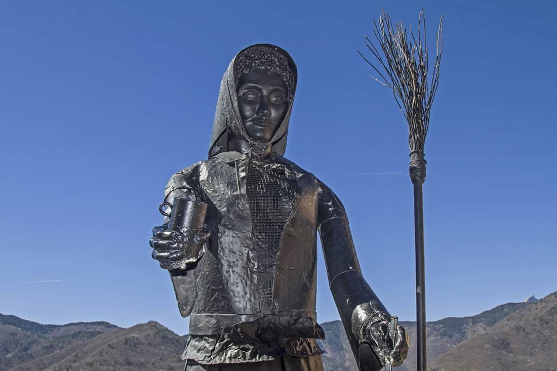 La statua della strega nella piazza di Triora - © Vaghis - viaggi & turismo Italia - Tutti-i-diritti riservati
