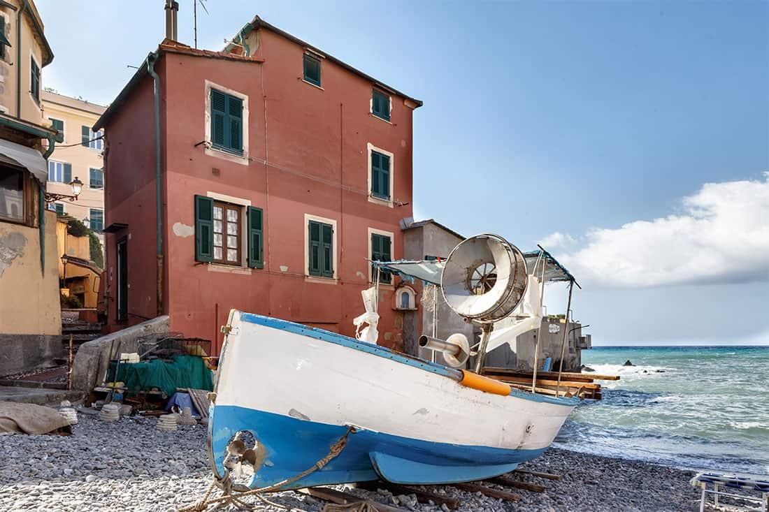 Boccadasse: Una delle barche di pescatori sulla spiaggia - © Vaghis - viaggi & turismo Italia - Tutti-i-diritti riservati