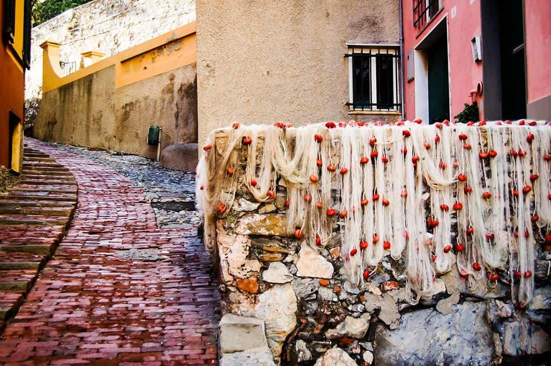Boccadasse: Un'antica crêuza, Con le reti da pesca, messe ad asciugare - © Vaghis - viaggi & turismo Italia - Tutti i diritti riservati
