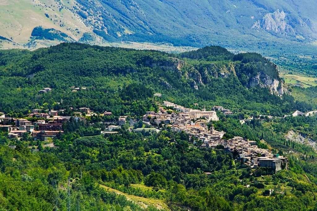 Caramanico Terme: Vista aerea del borgo - © Vaghis - viaggi & turismo Italia - Tutti-i diritti riservati