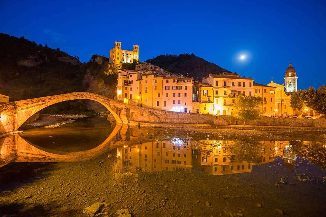 Dolceacqua: Il borgo visto in notturna- © Vaghis - viaggi & turismo Italia - Tutti i diritti riservati