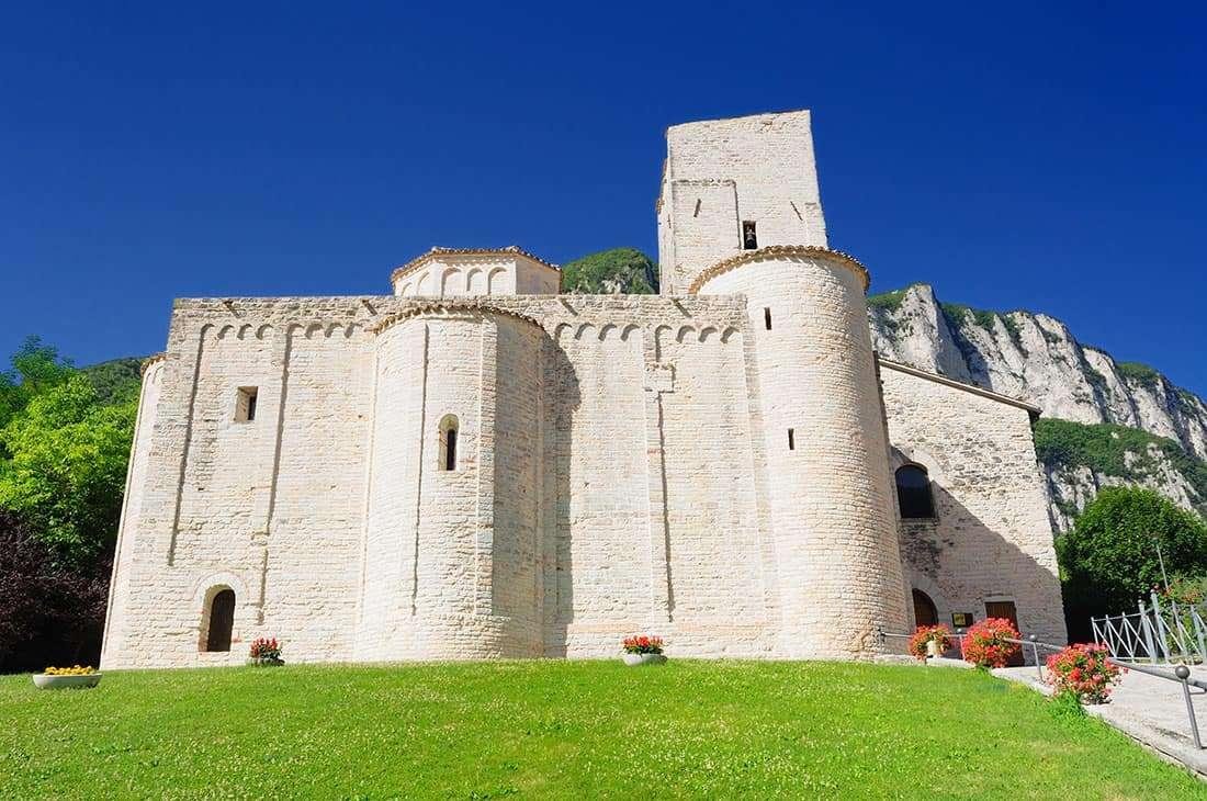 Genga: Abbazia di San Vittore alle Chiuse- © Vaghis - viaggi & turismo Italia - Tutti i diritti riservati