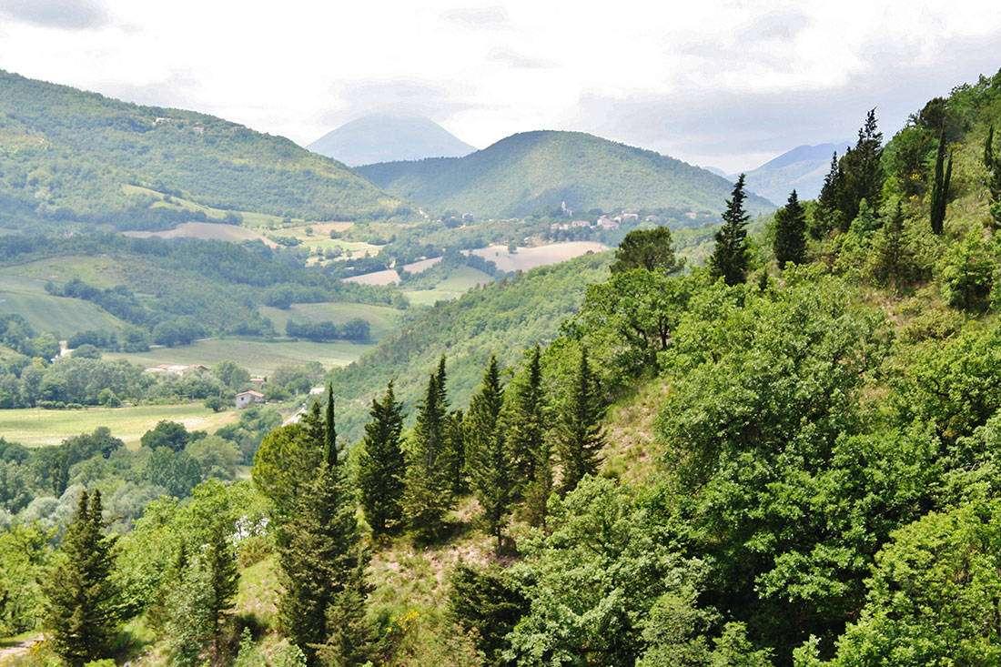 Genga: Parco Naturale della Gola Rossa di Frasassi e vista dell'Appennino Marchigiano - © Vaghis - viaggi & turismo Italia - Tutti i diritti riservati