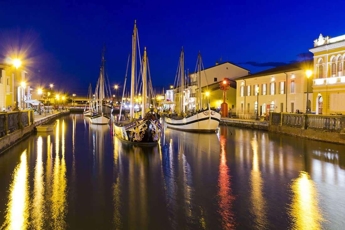 Il Porto Canale Leonardesco di Cesenatico: Banchine, con le file di casette su due piani - © Vaghis - viaggi & turismo Italia - Tutti i diritti riservati