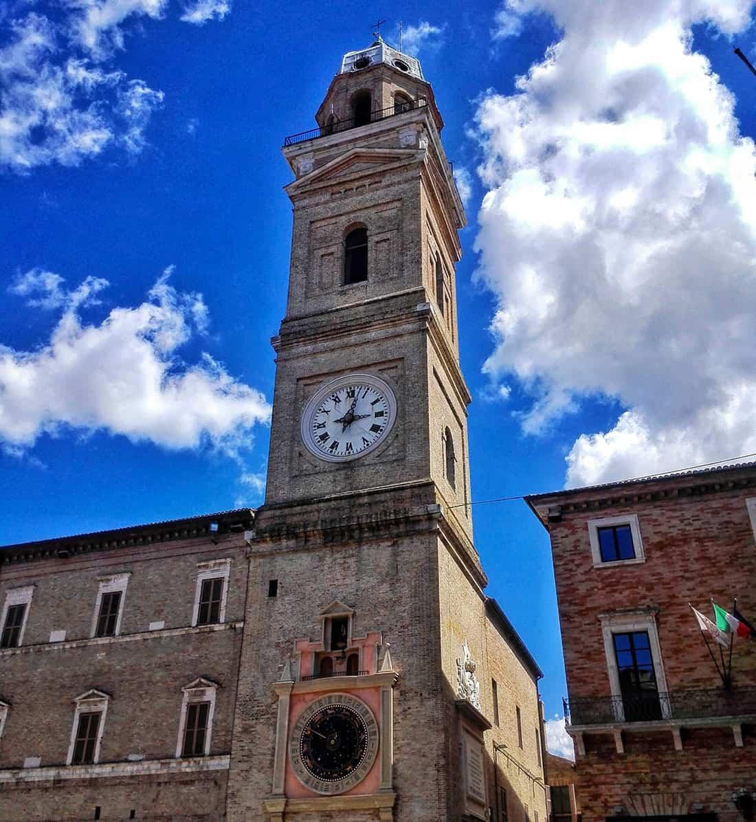 Macerata: La Torre dei Tempi con Orologio Planetario