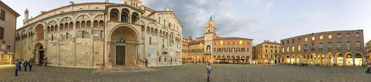 Modena: Piazza Grande - © Vaghis - viaggi & turismo Italia - Tutti i diritti riservati
