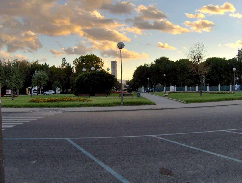 Rimini_ Il lungomare-Tintori. A sinistra della foto, la macchina fotografica Fellinia