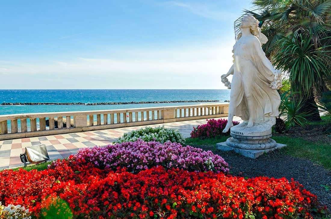 Sanremo: Lungomare, statua della primavera - © Vaghis - viaggi & turismo Italia - Tutti i diritti riservati