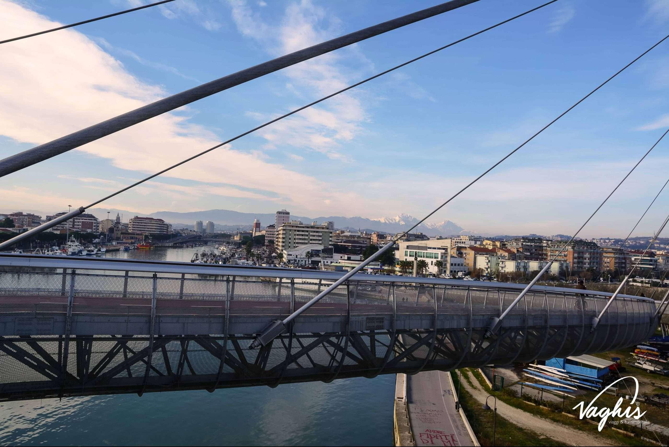 Pescara: Vista della città dal ponte del mare - © Vaghis - viaggi & turismo Italia - Tutti i diritti riservati