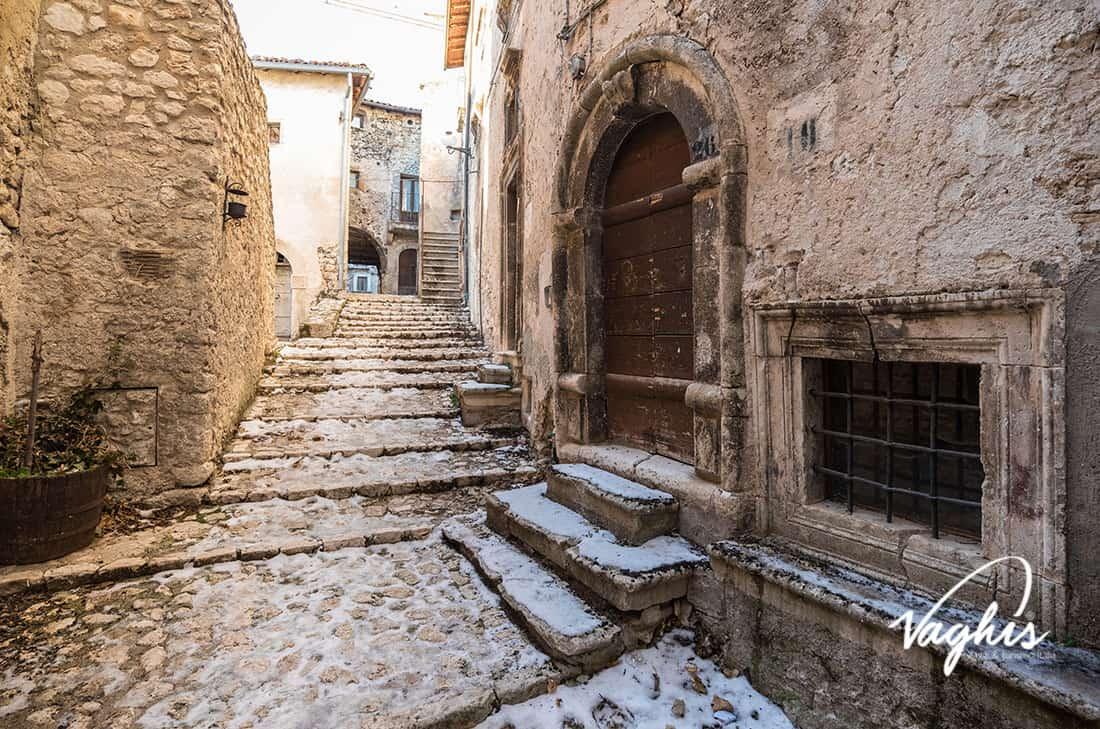 Santo Stefano di Sessanio: Le case in pietra calcarea bianca - © Vaghis - viaggi & turismo Italia - Tutti i diritti riservati
