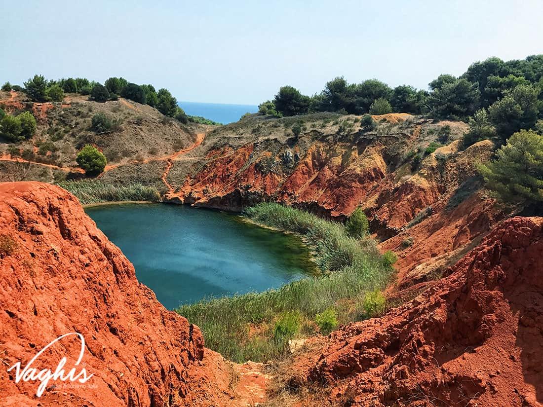 Otranto: Lago rosso di bauxite - © Vaghis viaggi & turismo Italia - Tutti i diritti riservati