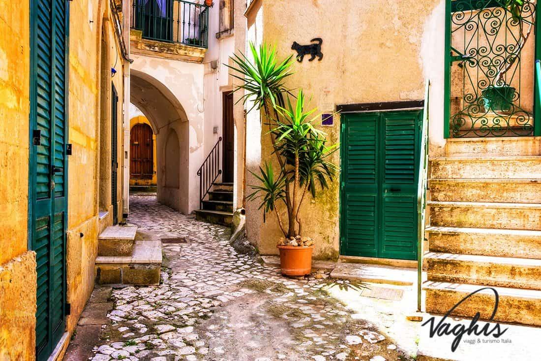 Otranto: Le affascinanti stradine del centro storico - © Vaghis viaggi & turismo Italia - Tutti i diritti riservati