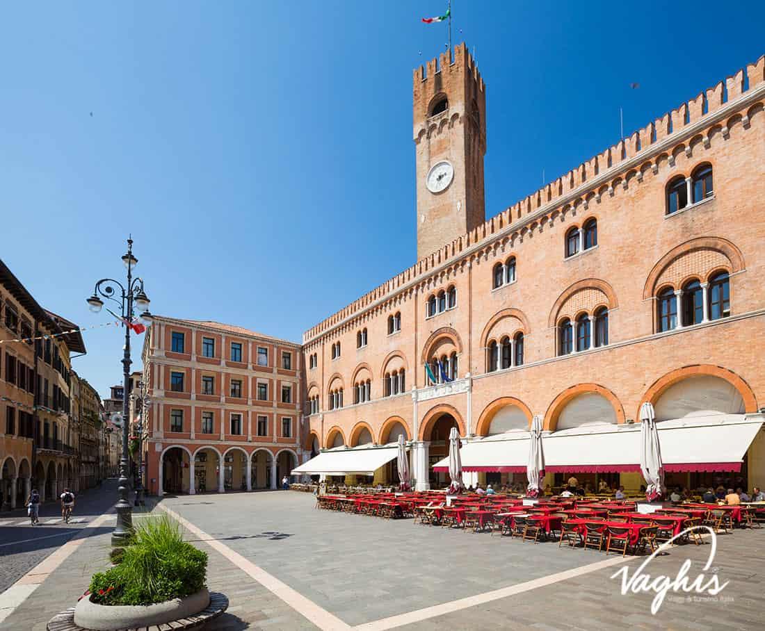 Treviso: Piazza dei Signori, Palazzo Trecento e Torre civica - © Vaghis - viaggi & turismo Italia - Tutti i diritti riservati