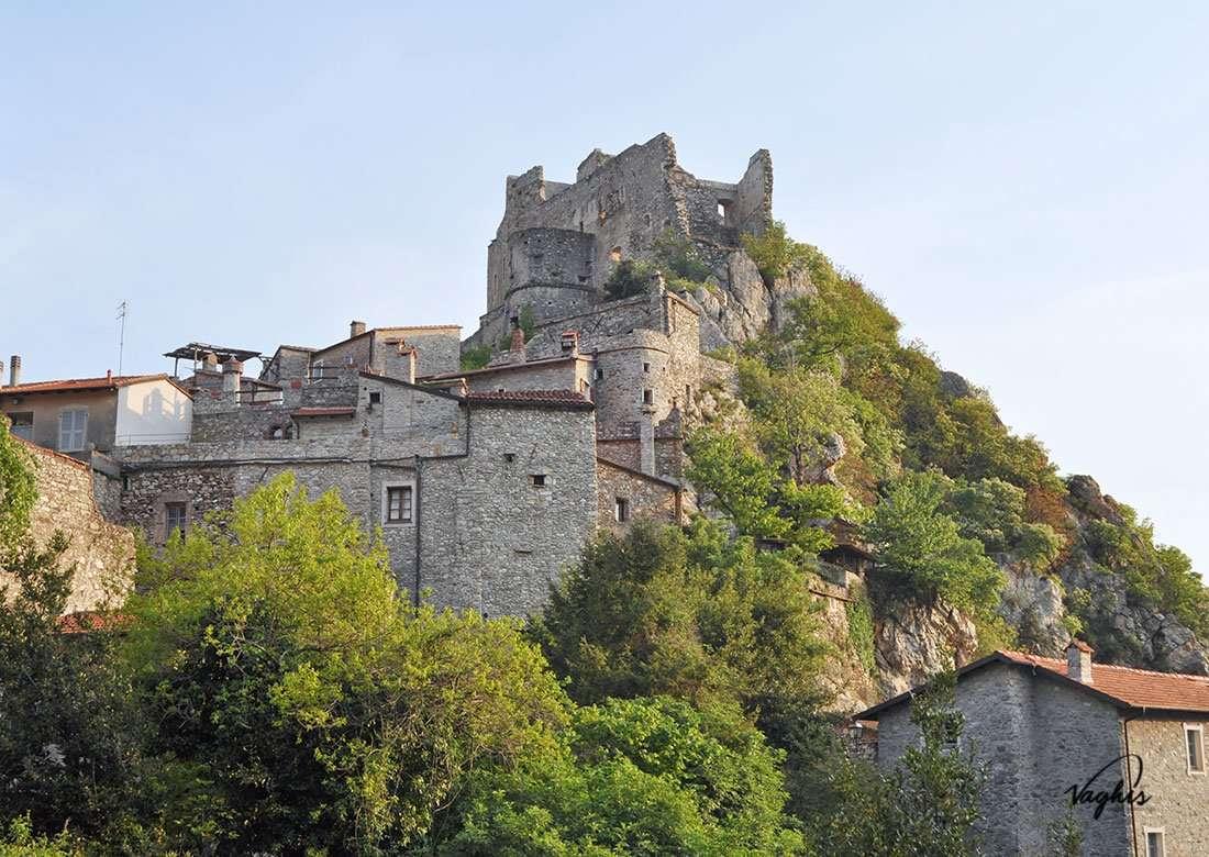 Castelvecchio di Rocca Barbena - © Vaghis - Viaggi & turismo Italia - Tutti i diritti riservati