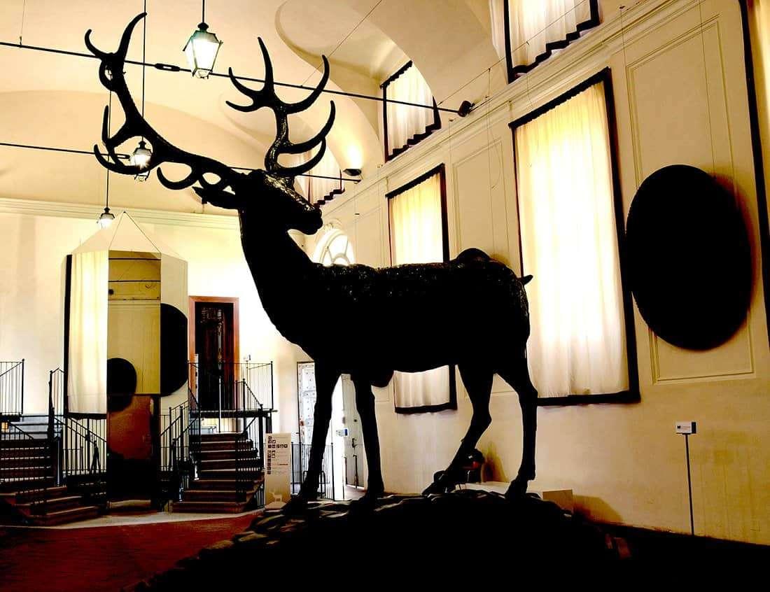 Palazzina di Caccia di Stupinigi: la Scuderia Juvarriana - scultura originale del cervo di Francesco Ladatte