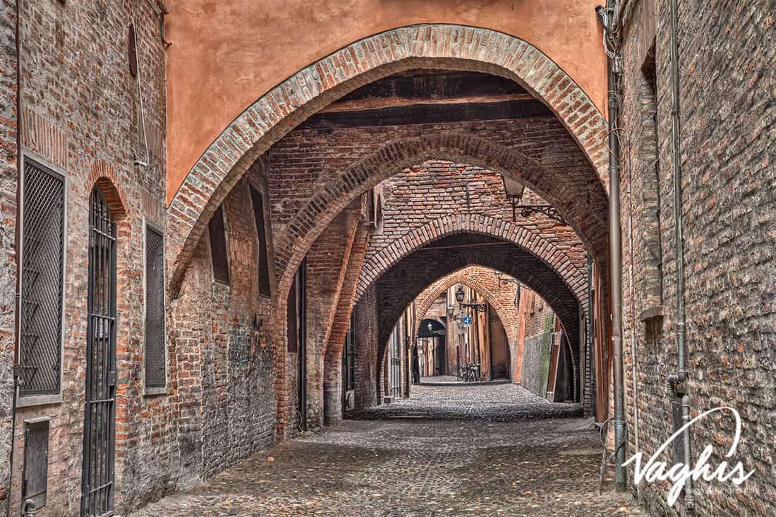 Ferrara: Via delle Volte - © Vaghis viaggi & turismo Italia -Tutti-i diritti riservati